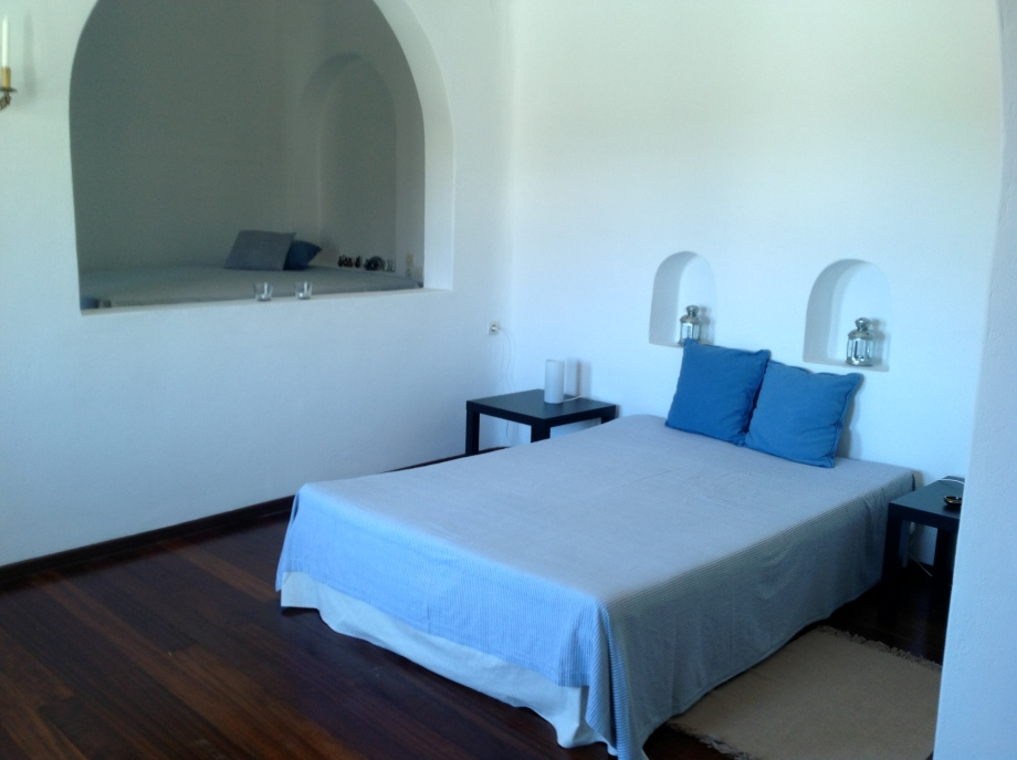 The independent suite of the ground floor is fitted with two twin beds